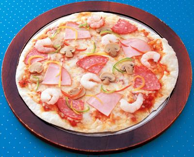 背景が青いピザの写真